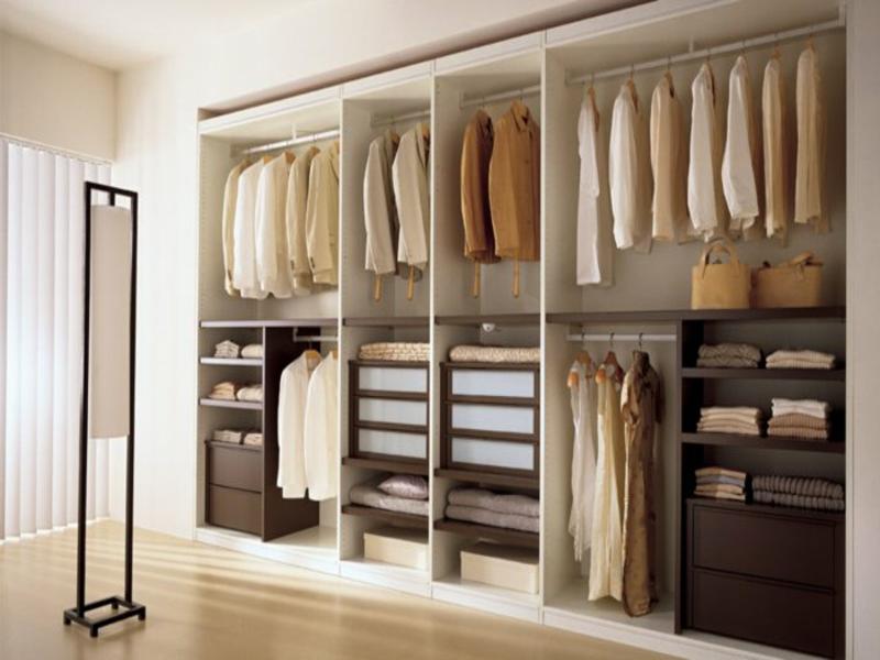 eleganter kleiderschrank im schlafzimmer