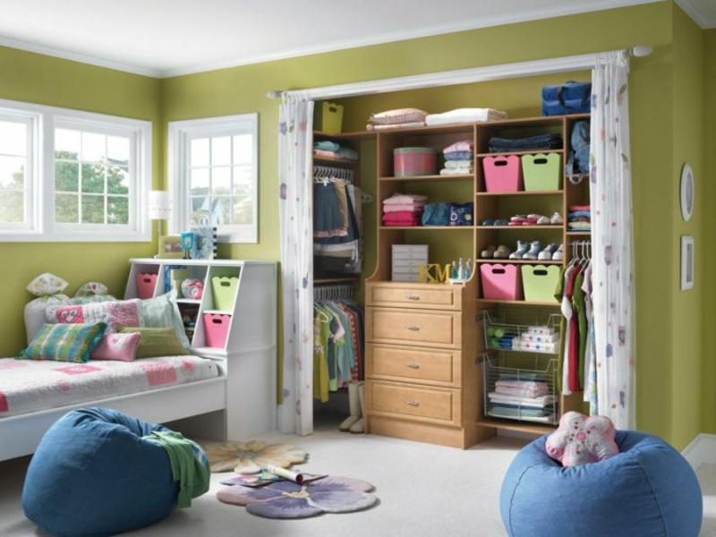 kinderzimmerschrank mit gardinen und grünen wänden