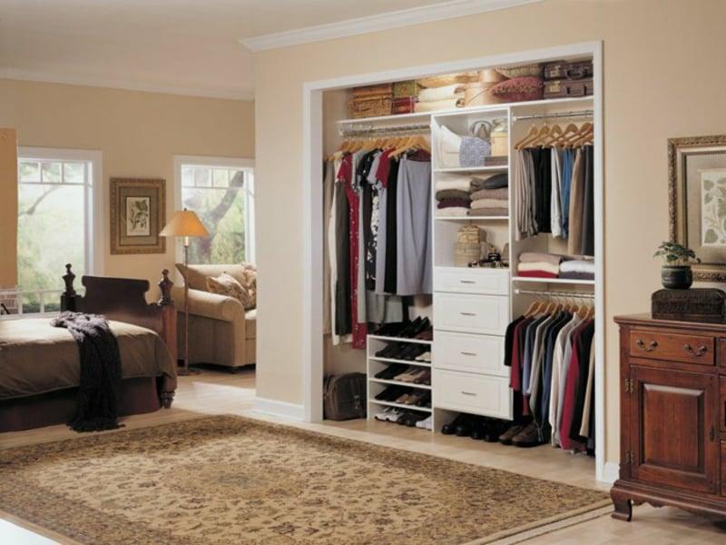praktische regalsysteme im kleiderschrank