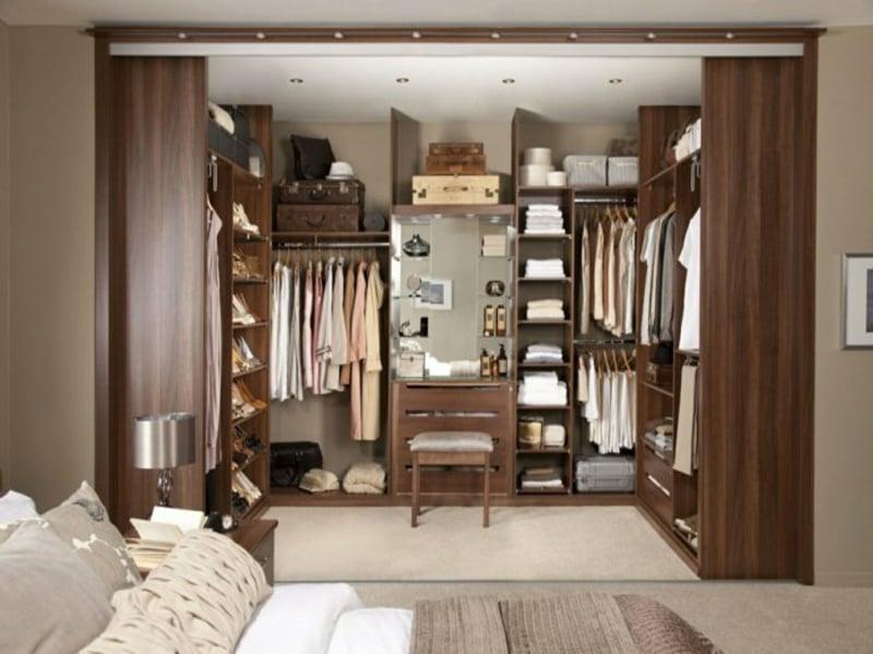 offener kleiderschrank im schlafzimmer
