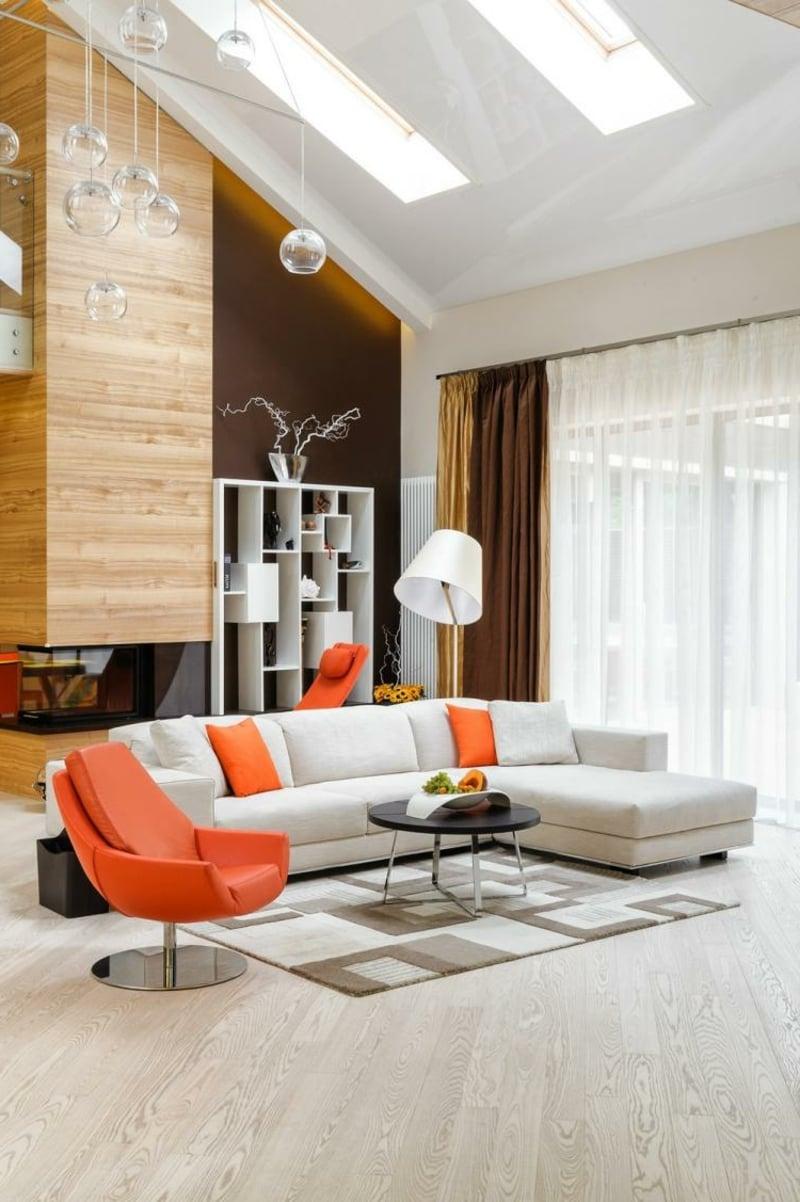 Wohnzimmergestaltung mit orangen Akzenten