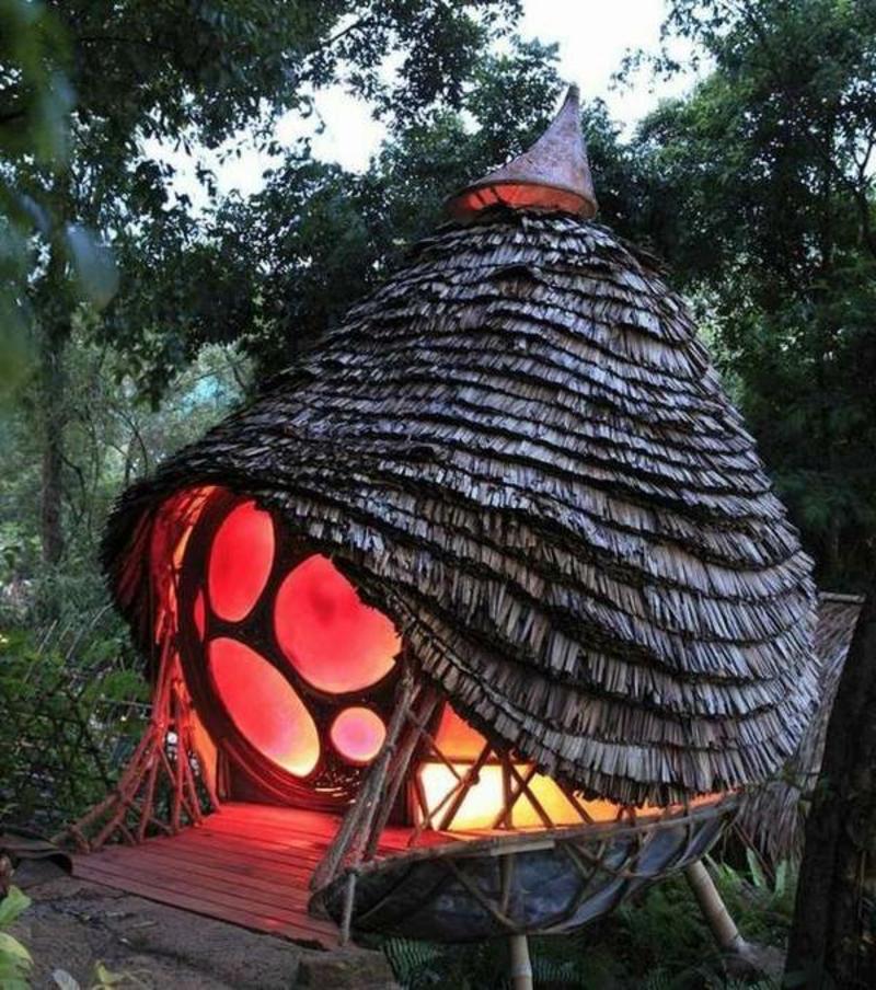 rundes und beleuchtetes Gartenhaus