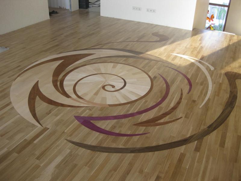 ovale formen auf dem parkettboden