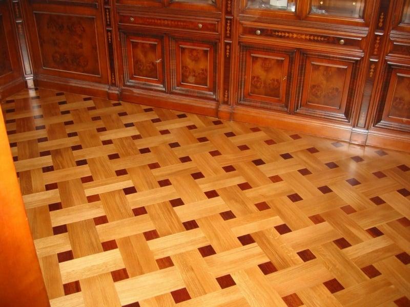 quadratische dekoration auf dem parkettboden