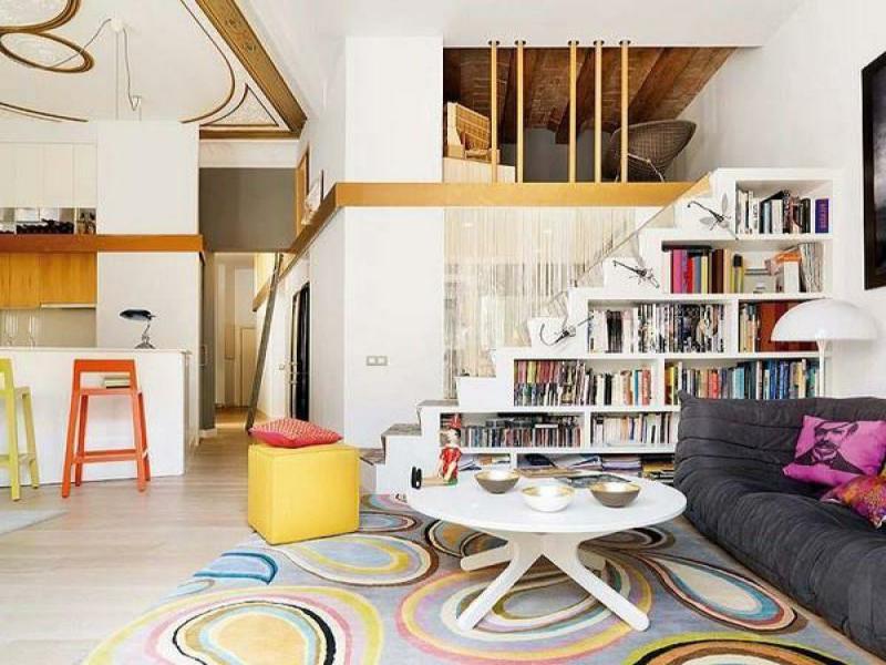 kleines wohnzimmer unter der treppe