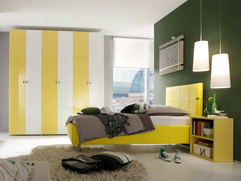 modernes schlafzimmer in gelb eingerichtet
