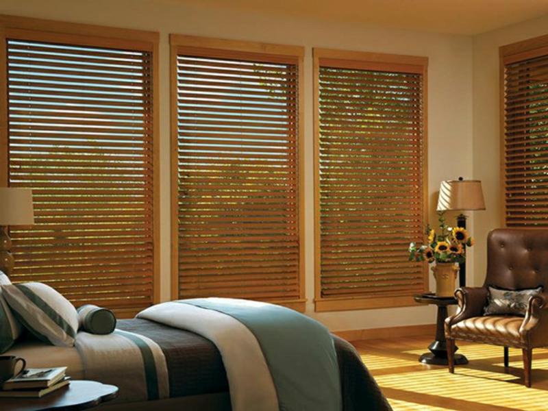 Schlafzimmer mit Holzjalousien