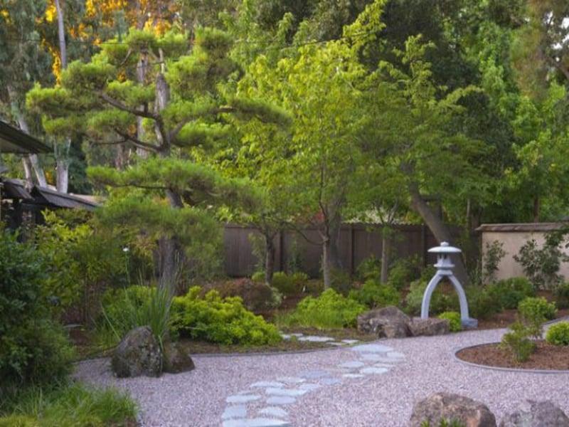 kleine steindeko im japanischen garten