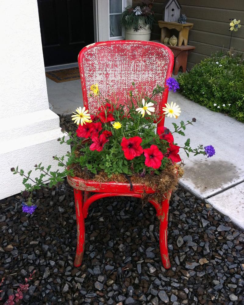 umweltfreundliche Stuhldeko im Garten