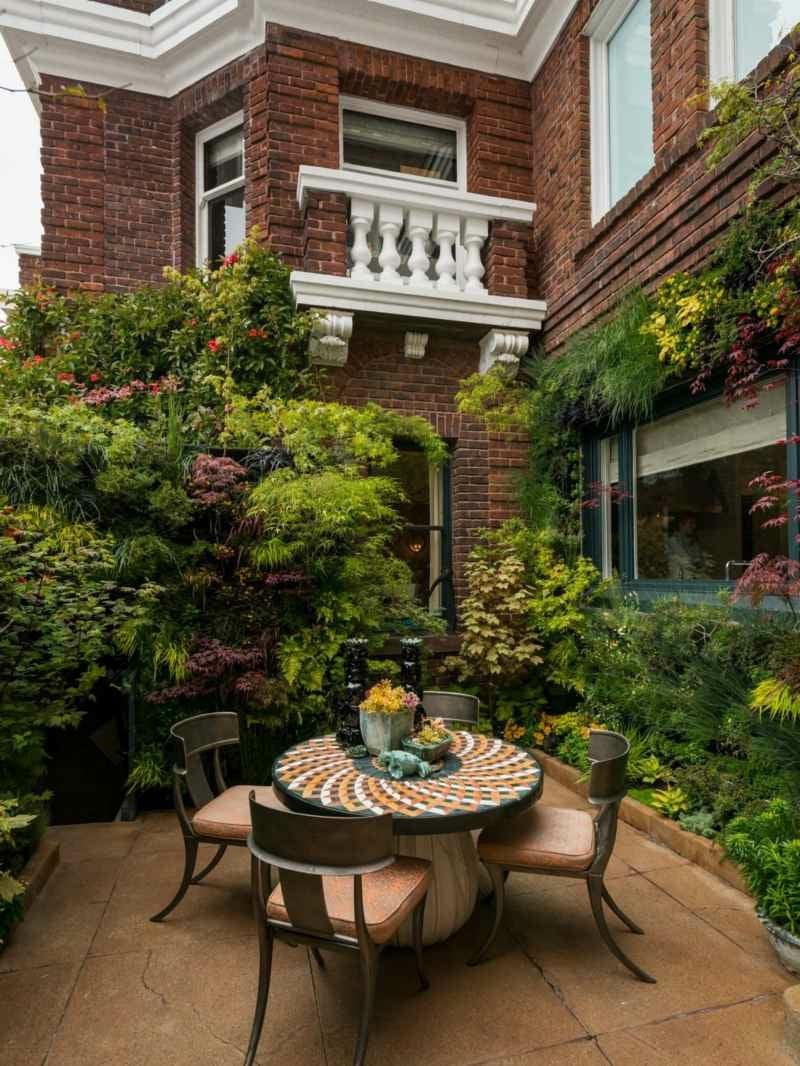 vertikaler garten urban grundstueck haus terrasse ueppig bepflanzung