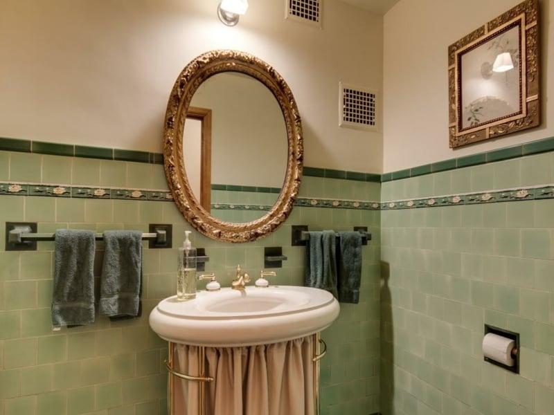 der spiegel als akzent im vintage bad