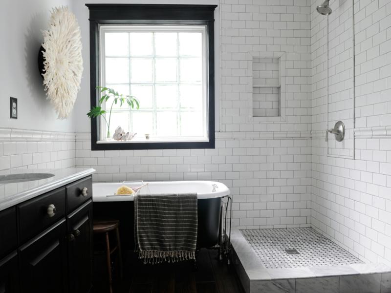 schwarze badewanne im vintage bad