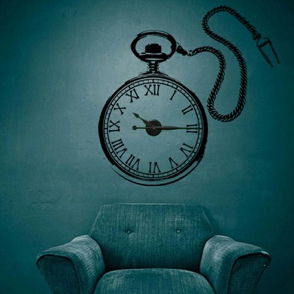 Zwei Uhren auf der Wand