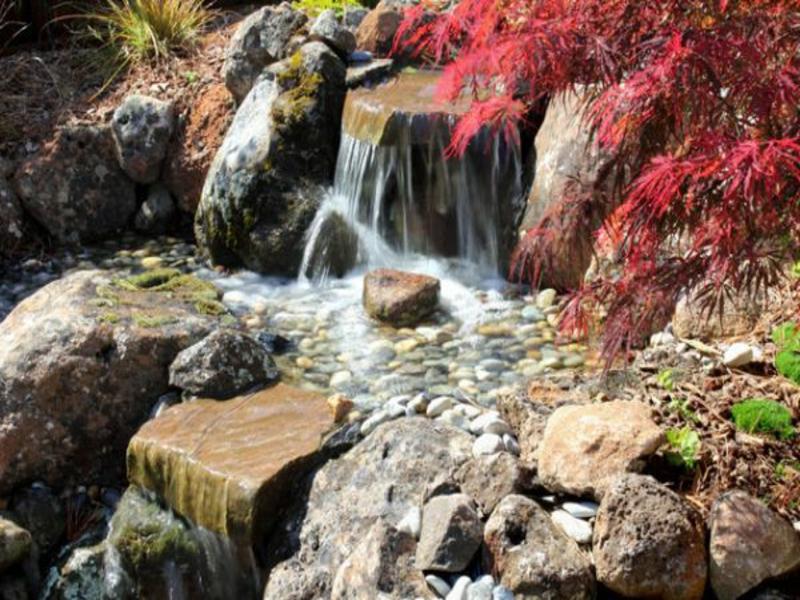 Ein japanischer Garten mit Wasserfall