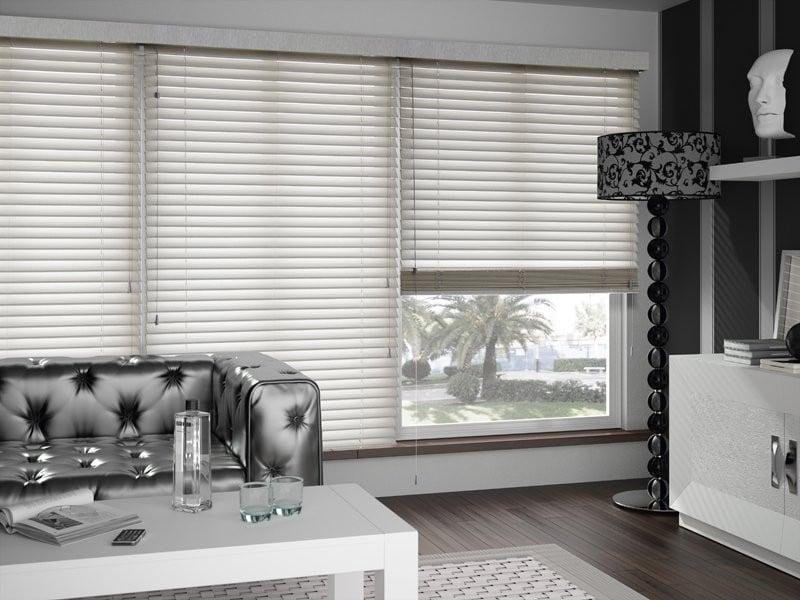 Weiße Holzjalousien und Chromfarben im Wohnzimmer