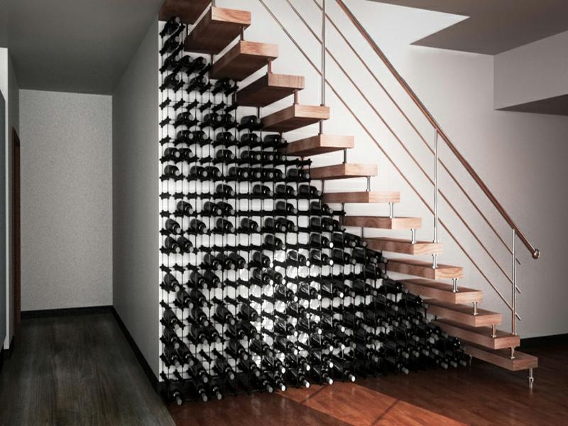 designer schöner weinkeller unter der treppe