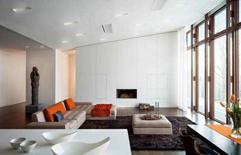 Wohnzimmer in Weiss mit grossen Fenstern