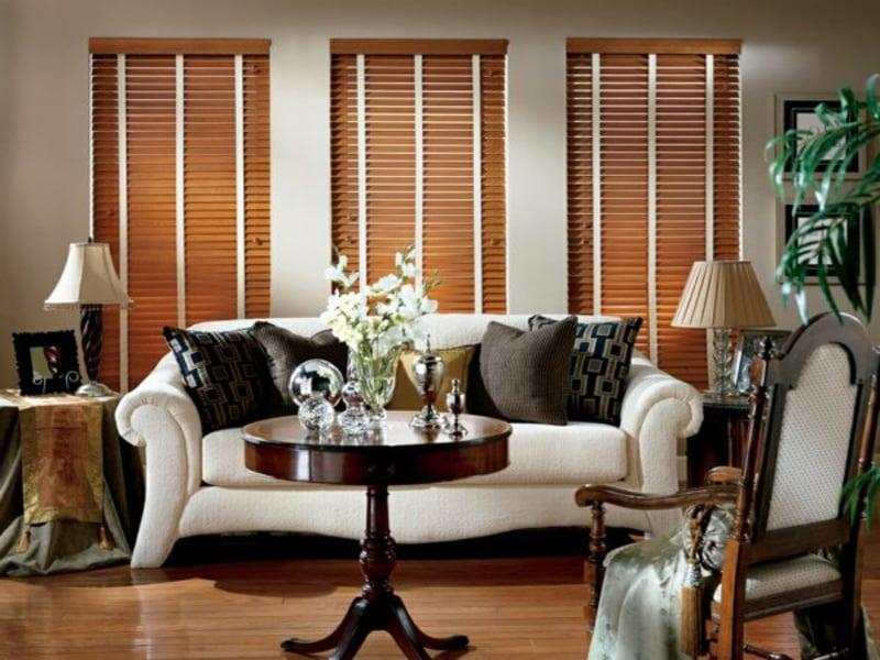 Gemütluches Wohnzimmer mit Gesignerholzjalousien