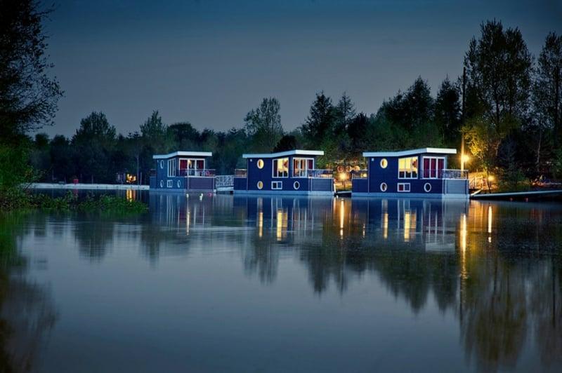 Auch-am-Abend-sehen-die-Hausboote-toll-aus