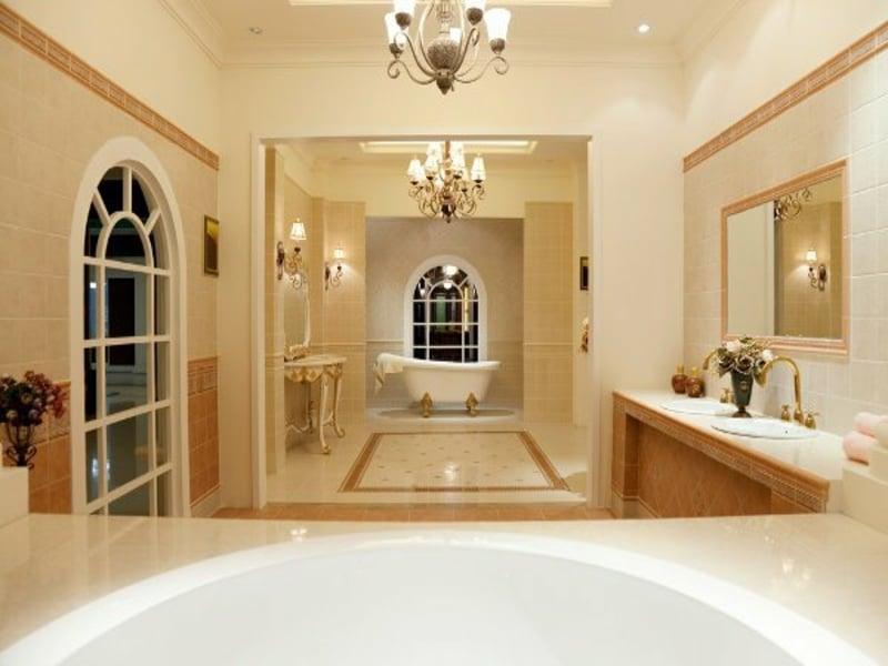 zwei luxuriöse kronleuchter im bad