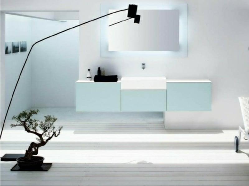 moderne stehlampe im badezimmer