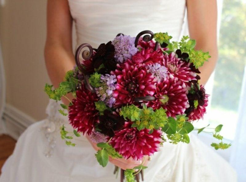 Brautstrauß aus Rosen und Dahlien
