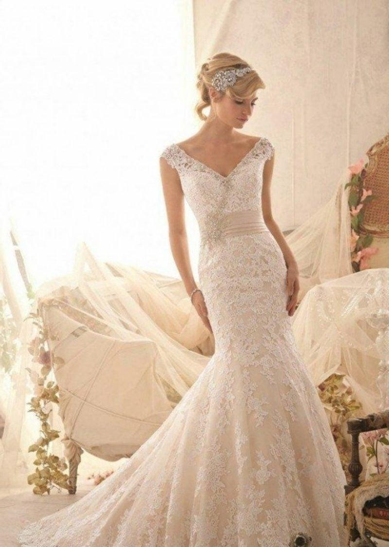langes Brautkleid mit Spitzen