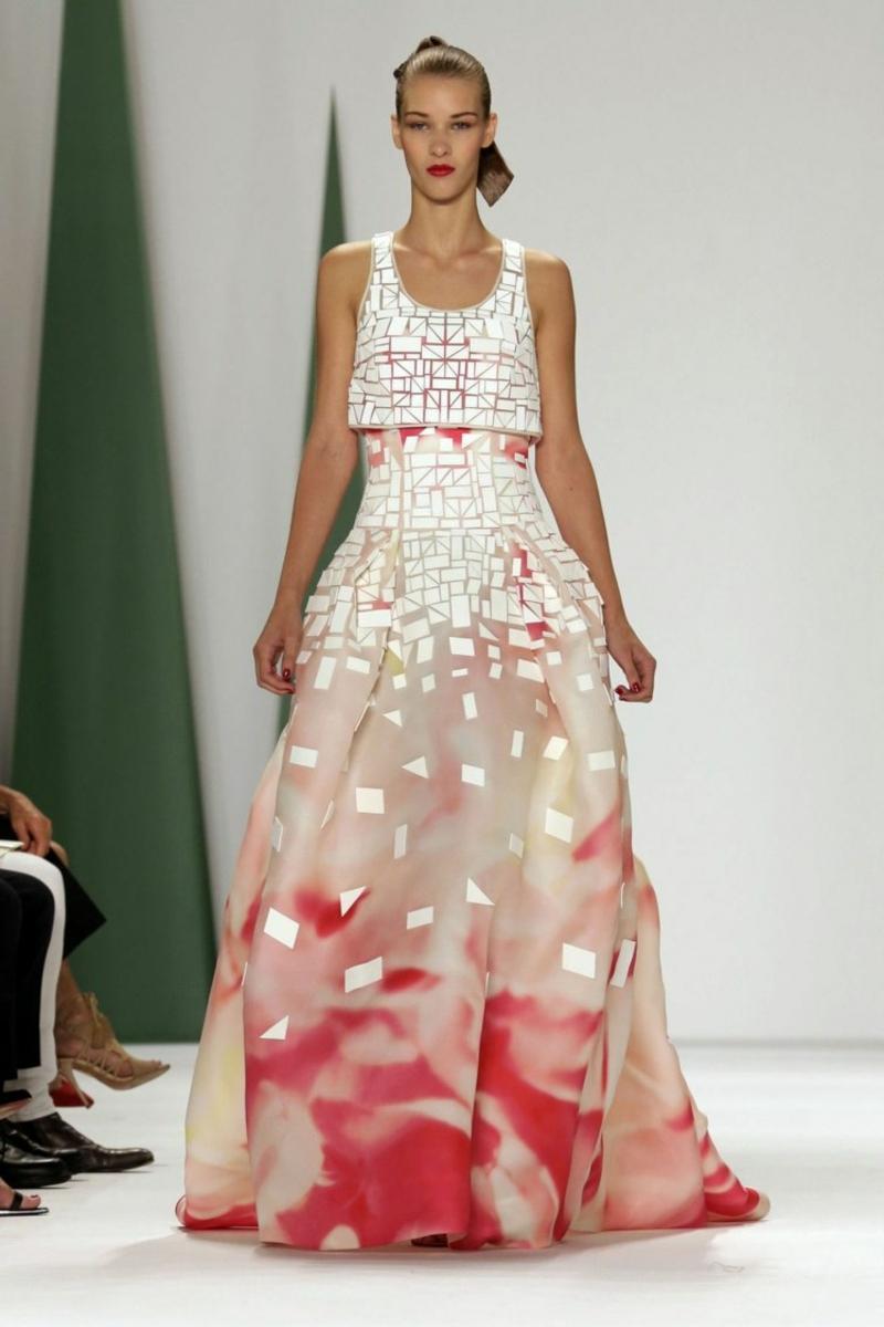 Hochzeitskleid mit geometrischen Motiven
