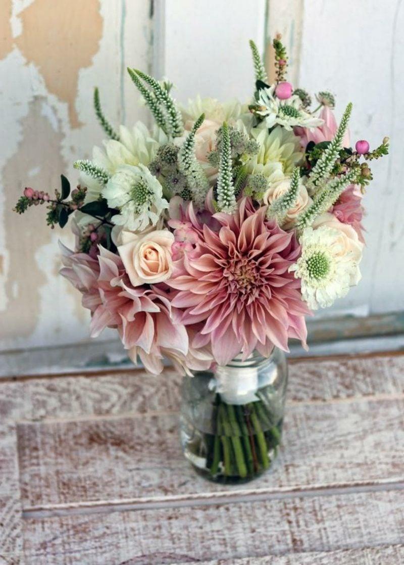 Brautstrauß aus wilden Blumen
