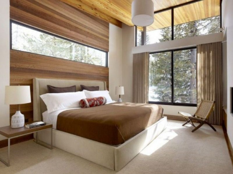 Schlafzimmer mit Holzakzenten
