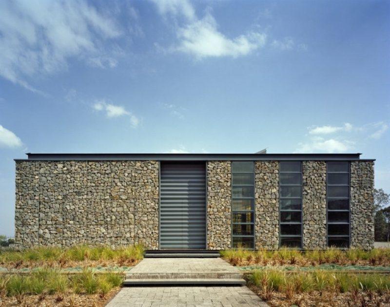 Hausfassade mit Gabionen