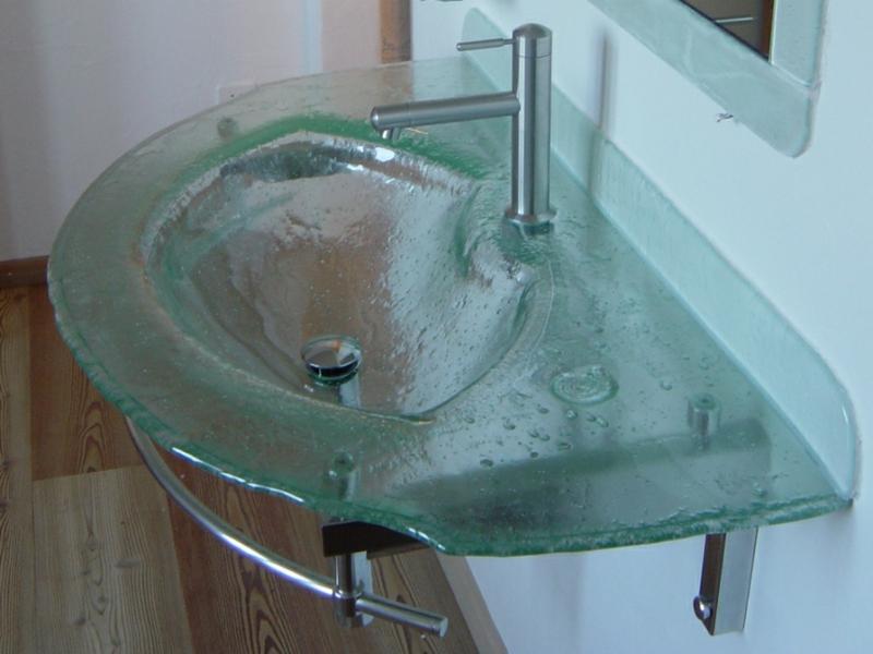 großer designer glaswaschbecken