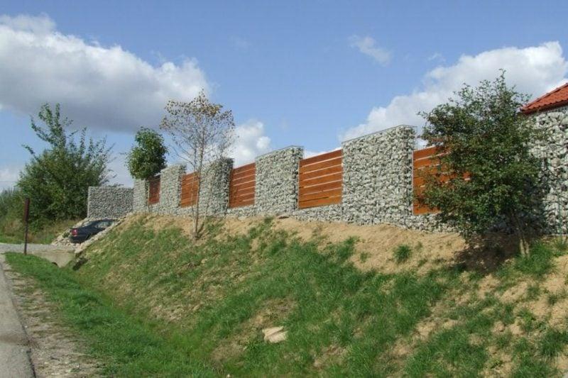 gabionenzaun aus Stein und Holz