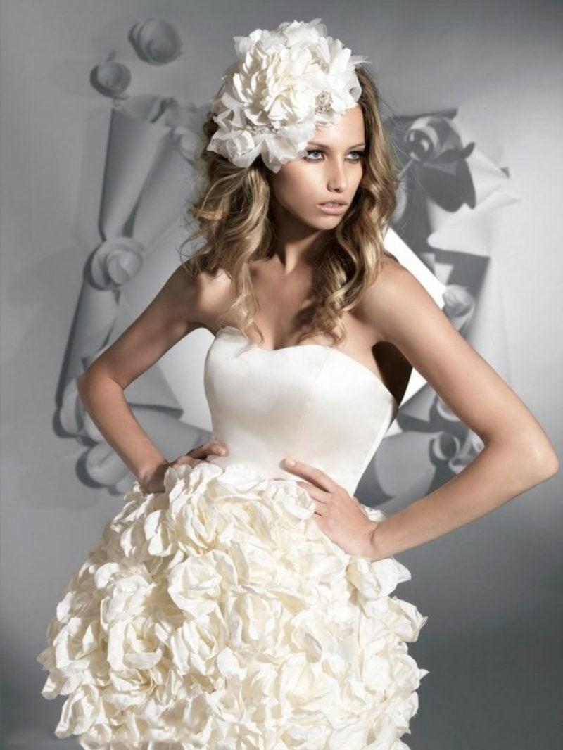 Brautkleid mit reicher Dekoration