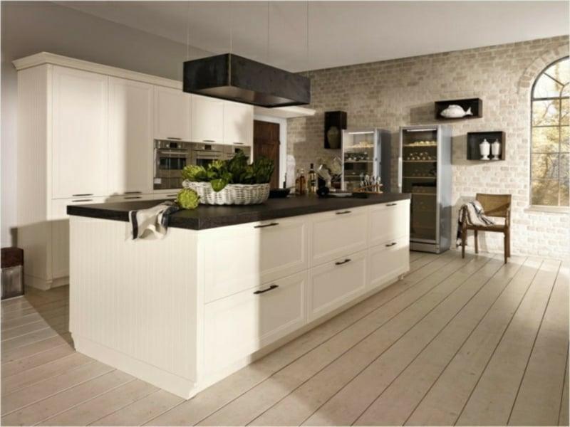 große kücheninsel mit keramikarbeitsfläche