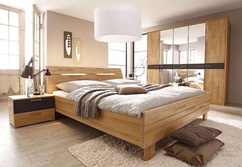 massives Bett aus Holz