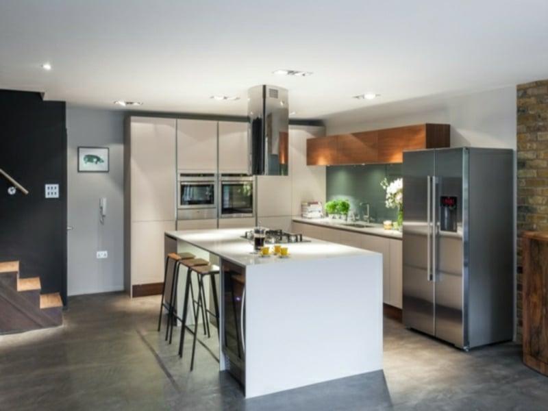 kücheninsel und tisch mit hockern