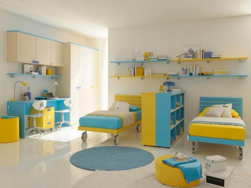 weiße wände und blau-gelbe akzente im kinderzimmer