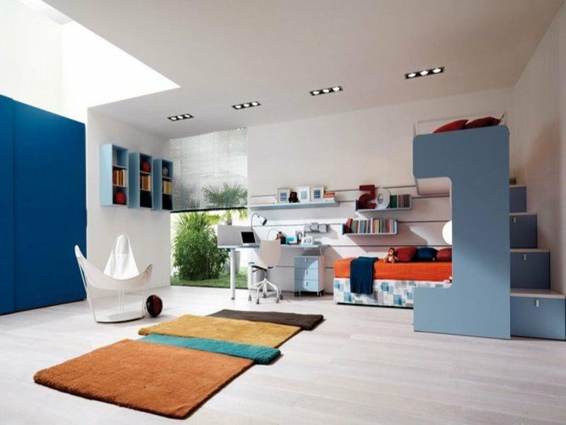 minimalistisches jungenzimmer mit blauen akzenten