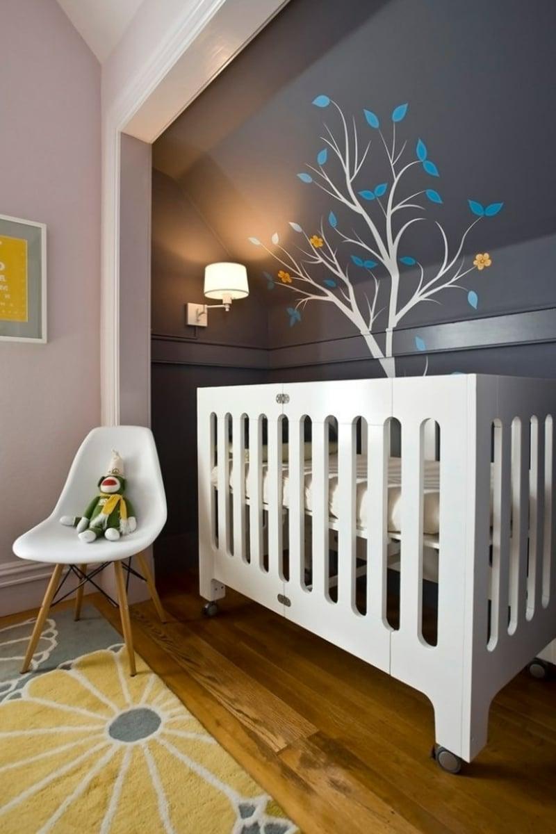 Kinderzimmer mit dunkler Wandfarbe