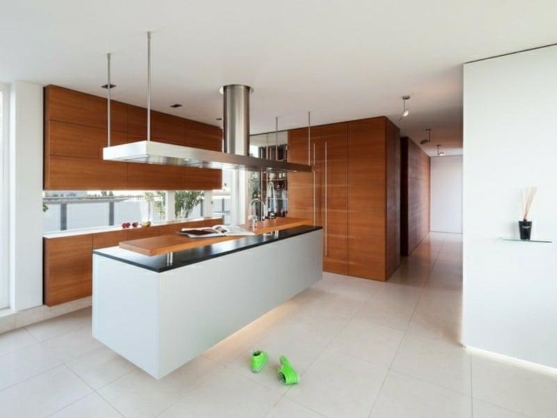 wunderbare holzoberfläche auf der kücheninsel