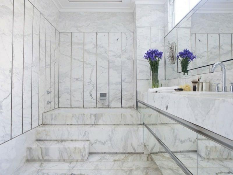 schöne ganze badgestaltung mit marmorfliesen