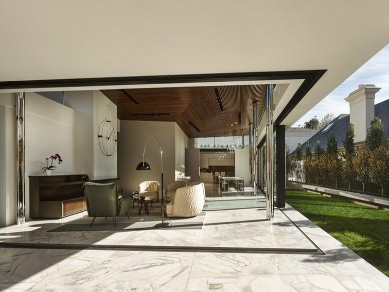 wunderschöne terrassengestaltung mit marmorfliesen