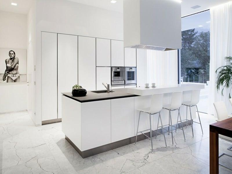 weiße marmorfliesen neben der kücheninsel