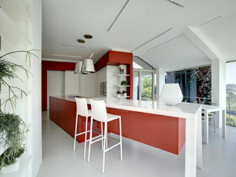 moderne kücheninsel in rot und weiß