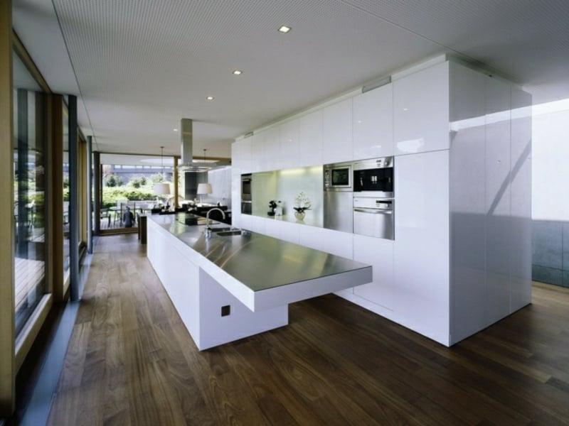 riesige kücheninsel in einer minimalistischen küche