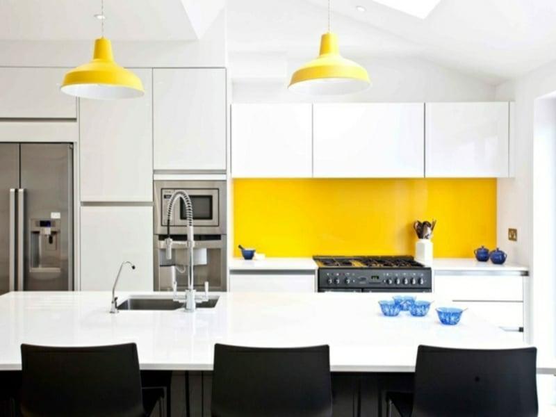 originelle gelbe akzente neben der kücheninsel