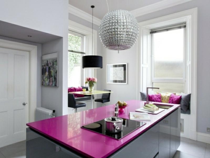 lila arbeitsfläche auf der kücheninsel