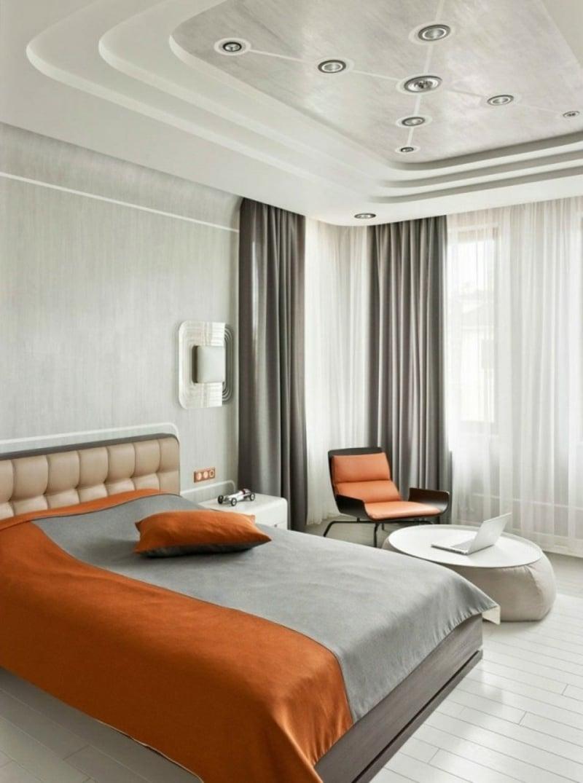 schlafzimmer mir origineller Deckenverkleidung und LED-Beleuchtung