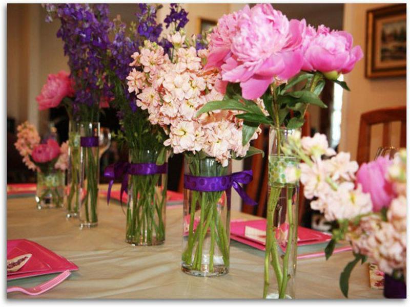zahlreche vasen mit blumen auf dem tisch